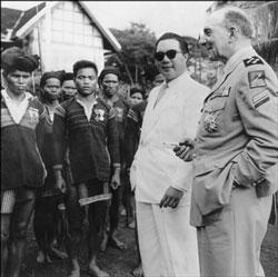 Tướng Jean de Lattre de Tassigny (phải) và Vua Bảo Đại thăm Ban Mê Thuộc vào tháng 5-1950. AFP PHOTO.