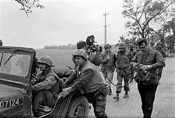 Phóng viên truyền hình CBS của Mỹ tường trình về diễn tiến của biến cố Tết Mậu Thân hôm 20-2-1968. AFP PHOTO/NATIONAL ARCHIVES.