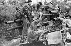 Những người lính Việt Cộng leo lên một chiếc xe tăng Mỹ bị bỏ rơi trên một con đường ở Huế vào năm 1968. AFP PHOTO.