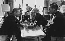 Bộ trưởng Quốc phòng Robert McNamara gặp Thủ tướng Nguyễn Cao Kỳ, Tổng thống Lyndon B. Johnson và Trung Tướng Nguyễn Văn Thiệu trong Hội nghị Honolulu, tại trại Smith, Hawaii ngày 08 tháng 02 năm 1966. AFP PHOTO.