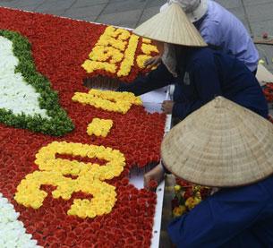 Những công nhân kết hoa trang trí cho ngày 30 tháng 4 năm 2013 tại Hà Nộ