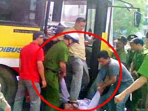 Đại úy công an tên Minh đứng trên xe đạp liên tục vào mặt một thanh niên đi biểu tình chống Trung Quốc hôm 17-07-2011 tại Hà Nội. RFA screen shot