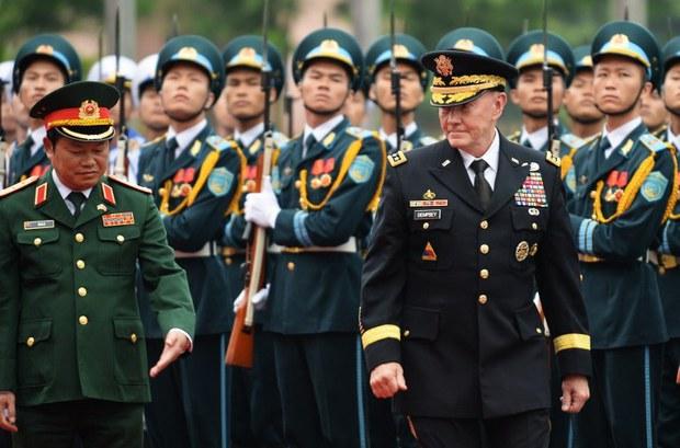 Chủ tịch Hội đồng tham mưu trưởng Mỹ, Tướng Martin Dempsey và Tổng tham mưu trưởng quân độ nhân dân Việt Nam, Trung tướng Đỗ Bá Tỵ duyệt hàng quân danh dự tại Bộ Quốc phòng Hà Nội vào ngày 14 tháng 8 năm 2014.
