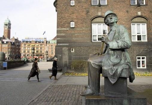 Người đi qua tượng Hans Christian Andersen ở trung tâm Copenhagen, Đan Mạch hôm 22/3/2005