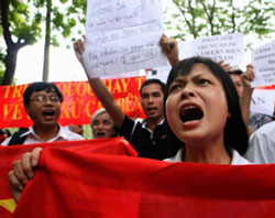 Giới trẻ xuống đường biểu tình chống Trung Quốc hôm 12/6/2011 tại Hà Nội. AFP Photo.