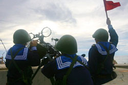 Hải quân Việt Nam tập trận trên đảo Phan Vinh thuộc quần đảo Trường Sa hôm 13-06-2011. AFP PHOTO.