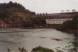 Nam Ngum-1  Đập Thủy Điện đầu tiên của Lào 1971 trên một phụ lưu chính sông Mekong. Photo by Ngô Thế Vinh 12/2000.