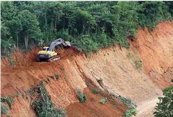 Công trường xây Đập Xayaburi vẫn không ngưng hoạt động. Source: International River Network.