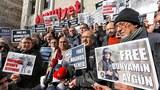 Các nhà báo Thổ Nhĩ Kỳ biểu tình tại Ankara vào ngày 23 Tháng Mười Hai 2013 đòi hỏi tin tức về phóng viên ảnh của báo Istanbul Milliyet mất tích tại Syria