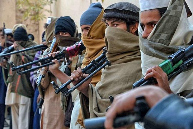 Hơn hai mươi cựu chiến binh Taliban từ Quận Achin, Nangarhar của tỉnh Nangarhar bàn giao vũ khí cho chính phủ Aghanistan trong một chương trình hòa bình hòa giải ngày 8 tháng 2, 2015.