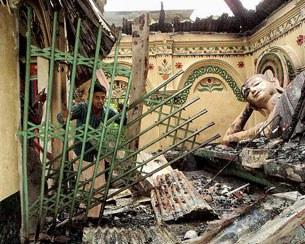 Ngôi Chùa Shima Bihar cách thủ đô Dhaka 350 km bị người Hồi Giáo đập phá và đốt cháy hôm 30 tháng 9, 2012