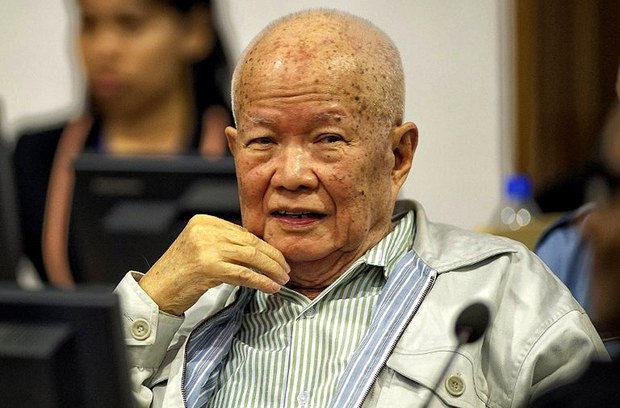 Tại phiên tòa ở Campuchia dưới sư hỗ trợ của LHQ xét xử về tội ác chiến tranh và tội diệt chủng của các cựu lãnh đạo Khmer Đỏ, Khieu Samphan mỉm cười trong trong phòng xử ngày 30 Tháng Bảy 2014.