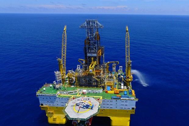 """Giàn khoan """"FRIGSTAD SHEKOU"""", hiện nay được gọi là """"Bluewhale I"""" đang khai thác băng cháy ở khu vực Biển Đông, ngày 9 tháng 6 năm 2017."""
