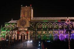 Đèn trang trí bên ngoài Nhà thờ All Saints, ở Allahabad, Ấn Độ vào đêm Giáng sinh, ngày 24 tháng 12 năm 2012. AFP PHOTO / Sanjay KANOJIA.
