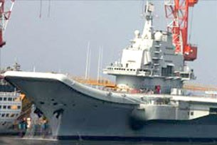 Tàu sân bay đầu tiên của Trung Quốc mang tên Thi Lang, đang neo đậu tại cảng Đại Liên, tỉnh Liêu Ninh, Trung Quốc