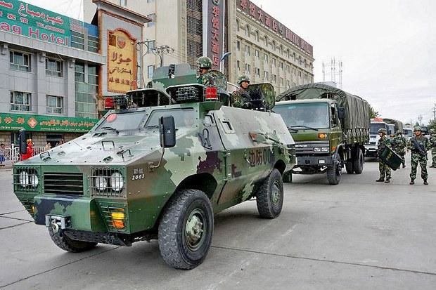 Lực lượng an ninh Trung Quốc tuần tiểu thường xuyên khu vực Tân Cương phía tây bắc của Trung Quốc.