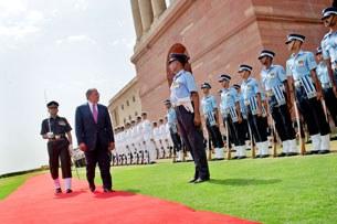 Bộ trưởng Quốc phòng Hoa Kỳ ông Leon Panetta duyệt hàng quân danh dự khi đến Dehli, Ấn Độ hôm 6 tháng 6, 2012