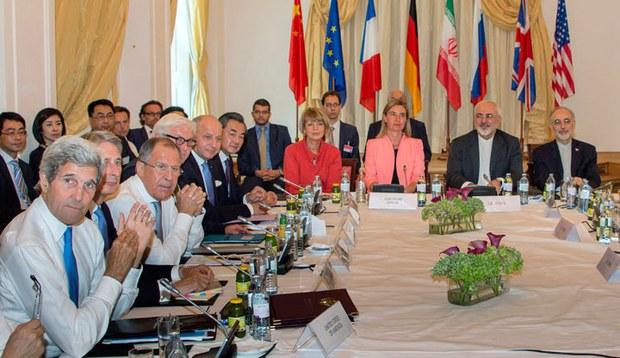 Từ trái Ngoại trưởng Mỹ John Kerry, Bộ trưởng Ngoại giao Anh Philip Hammond, Ngoại trưởng Nga Sergey Lavrov, Ngoại trưởng Đức Frank-Walter Steinmeier, Ngoại trưởng Pháp Laurent Fabius, Bộ trưởng Ngoại giao Trung Quốc Wang Yi, Tổng thư ký Liên minh châu Âu