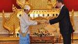 Đại Sứ Mỹ ông Derek Mitchell (phải) đã được Tổng Thống Thein Sein tiếp kiến.