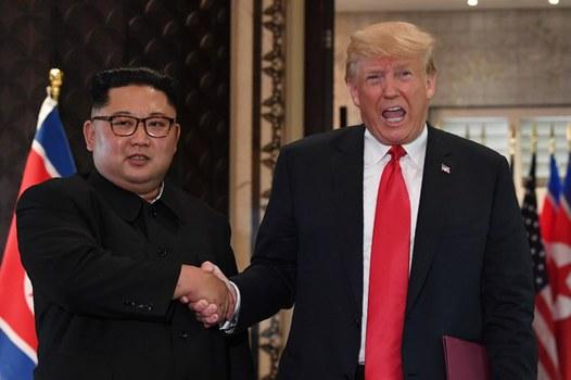 Tổng thống Mỹ Donald Trump (phải) và lãnh tụ Bắc Hàn Kim Jong Un bắt tay sau lễ ký trong cuộc gặp lịch sử ở khách sạn Capella, Singapore hôm 12/6/2018