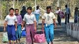 Một số tù nhân chính trị được trả tự do vừa ra khỏi nhà tù Mandalay ở Miến Điện (tháng 11/2013)
