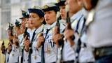 Các nhân viên bảo vệ  nam và nữ của một Trung tâm Mua sắm. Tất cả súng của họ đều được dán băng kín để ngăn chặn việc bắn súng vui mừng năm mới tại Manila (ngày 30 tháng 12 năm 2013)