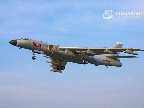 Máy bay ném bom H-6 của Trung Quốc cất cánh trong một diễn tập gần đây