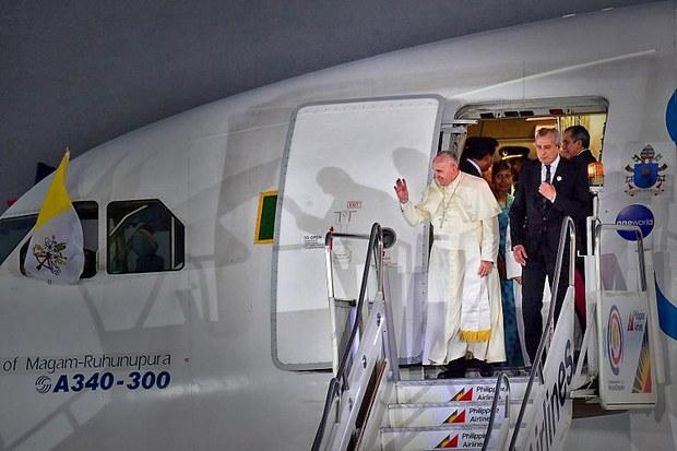 Máy bay chở Đức Giáo Hoàng đáp xuống căn cứ không quân ở Manila vào ngày 15 tháng 1 năm 2015.