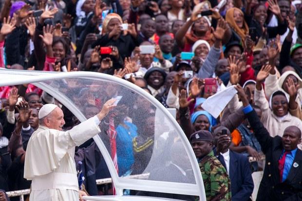 Đức Giáo Hoàng Francis đến Đại học Nairobi, Kenya ngày 26 Tháng 11 năm 2015.