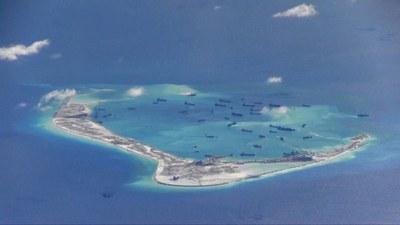 Hình minh hoạ. Tàu nạo vét của Trung Quốc ở Đá Vành Khăn thuộc Trường Sa ở Biển Đông. HÌnh chụp từ máy bay tuần tra của Mỹ hôm 21/5/2015