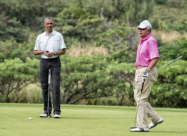Tổng thống Mỹ Barack Obama và Thủ tướng Malaysia Najib Razzak đang chơi golf ở Hawaii ngày 24 Tháng Mười Hai 2014