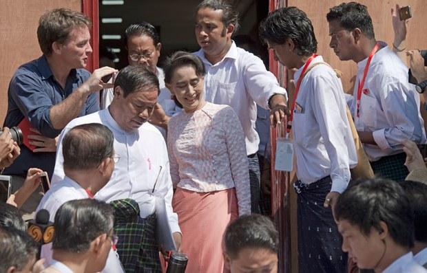 Lãnh tụ đối lập bà Aung San Suu Kyi rời khỏi trụ sở của Liên đoàn Quốc gia Dân chủ (NLD) đang được bao vây bởi báo chí vào ngày 09 tháng 11 2015.