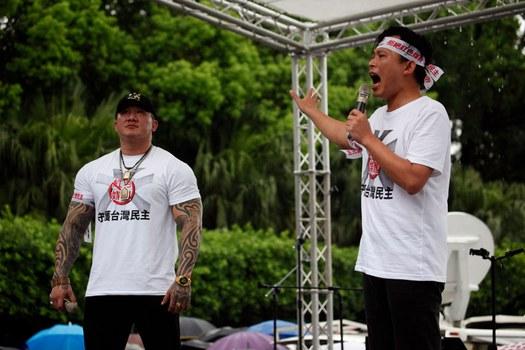 Ông Huang Kuo-Chang (phải) và YouTuber Holger Chen nói trước cuộc biểu tình ở Đài Bắc hôm 23/6/2019