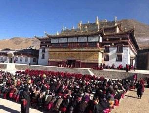 Các nhà sư Tây Tạng tập trung cầu nguyện tại khuôn viên của tu việnThangkor Soktsang (ảnh minh họa)