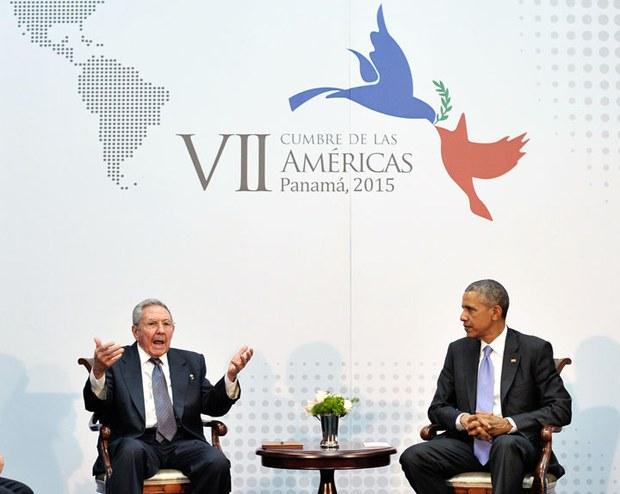 Chủ tịch Cuba Raul Castro (trái) và Tổng thống Mỹ Barack Obama (phải) bên lề Hội nghị thượng đỉnh châu Mỹ tại Trung tâm hội nghị ATLAPA vào ngày 11 Tháng Tư năm 2015 tại thành phố Panama.