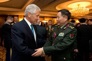 Bộ trưởng Quốc phòng Mỹ Chuck Hagel (trái) và Phó Tổng tham mưu Quân đội TQ tướng Qi Jianguo tại Đối thoại Shangri-La ở Singapore, ngày 31 tháng 5 năm 2013.