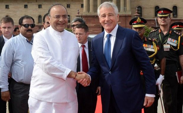 Bộ trưởng quốc phòng Mỹ Chuck Hagel (phải) bắt tay với Bộ trưởng Quốc phòng Ấn Độ Arun Jaitely trước hàng quân danh dự tại buổi lễ chào đón tại New Delhi vào ngày 08 Tháng tám 2014.