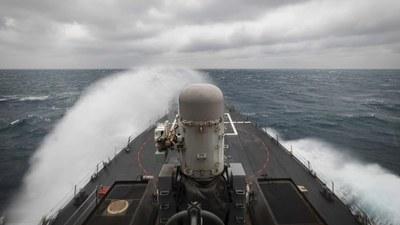 Chến hạm USS John McCain đi qua Eo biển Đài Loan ngày 31/12/2020.