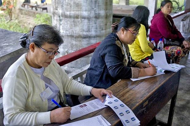 Các tình nguyện viên chuẩn bị phiếu tại một điểm bầu cử ở Yangon vào ngày 27 Tháng 12, năm 2014. thành phố chính của Myanmar.
