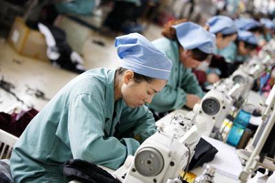 Công nhân Trung Quốc may hàng xuất khẩu qua châu Âu tại một xưởng may ở thành phố Hoài Bắc, tỉnh An Huy phía đông Trung Quốc, ngày 08 tháng 12 năm 2015.