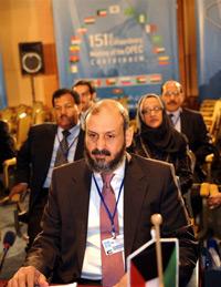 Khối các nước xuất khẩu dầu lửa OPEC, nhóm họp hội nghị ở Algeria, hôm 17-12 đã quyết định giảm bớt sản lượng cung cấp cho thị trường để giữ giá dầu. AFP PHOTO/Fayez Nureldine