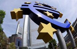 Biểu tượng đồng Euro bên ngoài trụ sở Ngân hàng Trung ương châu Âu (ECB) tại Frankfurt - Đức ngày 29 tháng 4 2010. AFP PHOTO DDP / THOMAS LOHNES GERMANY OUT