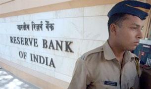 Cảnh sát gác tại ngân hàng The Reserve Bank ở Mumbai. AFP Photo/Indranil Mukherjee