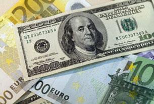 Đồng đô la và đồng euro. AFP