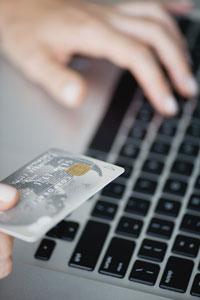 Một người Mỹ đang mua hàng trên mạng bằng thẻ tín dụng. AFP photo