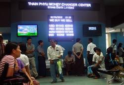 Mọi người chờ đợi để đổi tiền tại một trung tâm đổi tiền tại Yangon vào ngày 02 Tháng Tư năm 2012. AFP photo