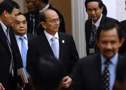 Tổng thống Myanmar Thein Sein (giữa) và Thủ tướng Lào Thongsin Thamavong (Thứ 2 bên trái) tại hội nghị thượng đỉnh ASEAN thứ 20 tại Phnom Penh vào ngày 2/4/2012. AFP