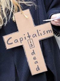 Một người biểu tình đeo cây thánh giá với dòng chữ Chủ Nghĩa Tư Bản Là Chết tại Frankfurt hôm 29/10/2011. AFP photo