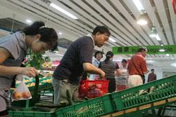 Người dân Trung Quốc mua rau tại một siêu thị ở Bắc Kinh, ảnh chụp trước đây. AFP PHOTO.