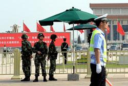 Công an Trung Quốc gác tại quảng trường Thiên An Môn ở Bắc Kinh hôm 3 tháng 6 năm 2014. AFP PHOTO.